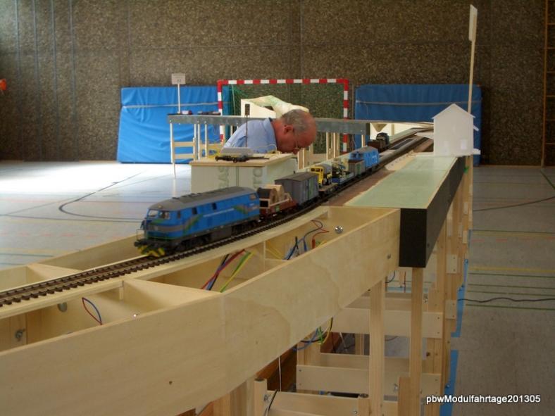 Abb: Bauzug aus L bei der Ausfahrt aus Blumfeld