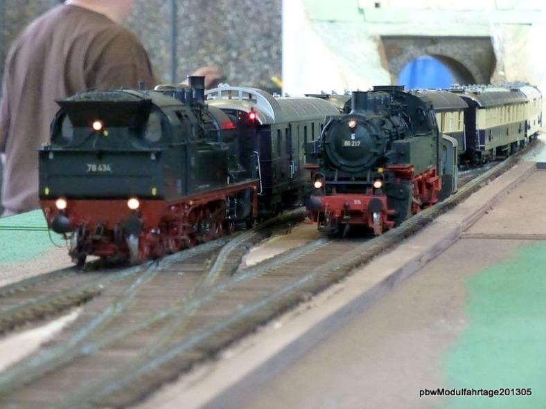 Abb: BR 78 passiert mit ihrem Zug den Abstellplatz der Rangierloks für den Bf A2