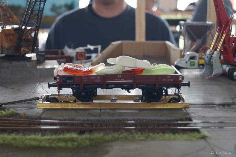 Abb.86: beladener X05 auf einem Rollwagen mit den süssen Gummis nac Güntersdorf
